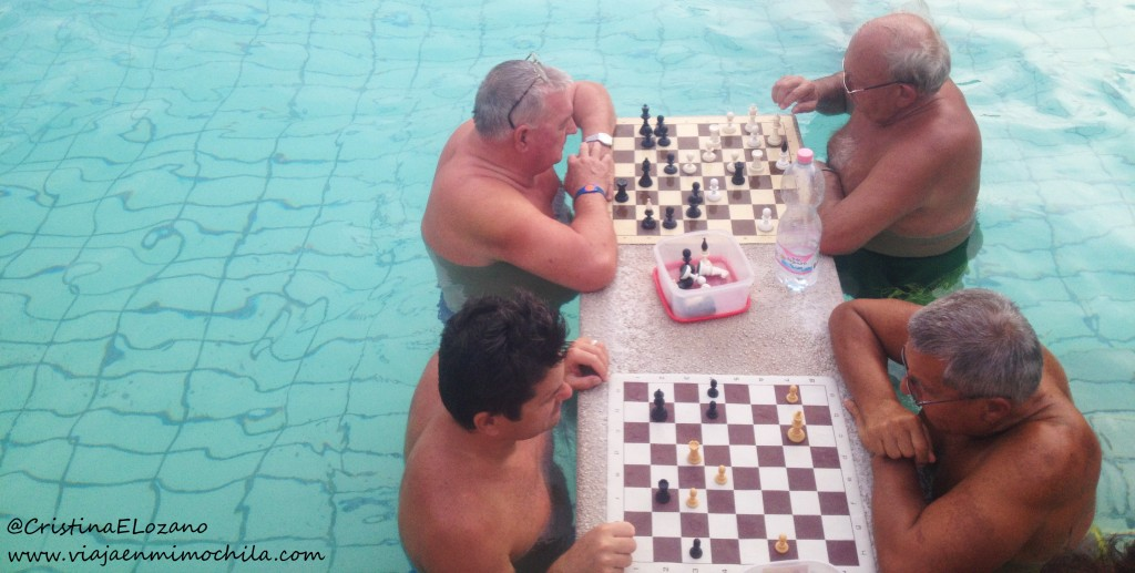 Partida de ajedrez en el Balneario Széchenyi, Budapest (Hungría)