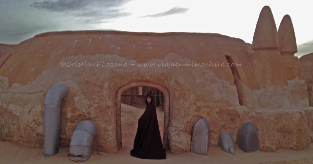 Bella jedi a la puerta de La Cantina de Tatooine. Diserieto del Sahara (Tunez)