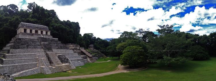 Templo de las Inscripciones de Palenque visto desde el Palacio (Chiapas - México)