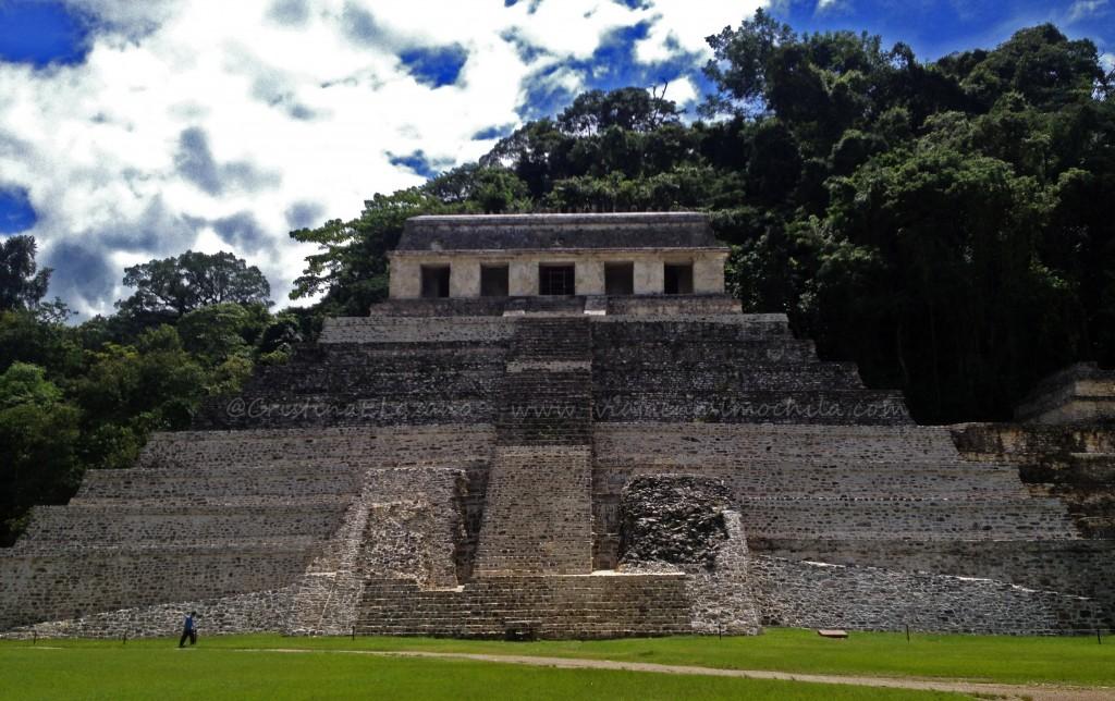 Vista frontal de la entrada al Templo de las Inscripciones del Palenque (Chiapas - México)