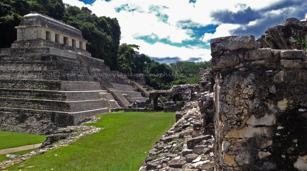 Vista lateral del Templo de las Inscripciones del yacimiento arqueológico maya de Palenque. Tomada desde el Palacio (Chiapas - México)