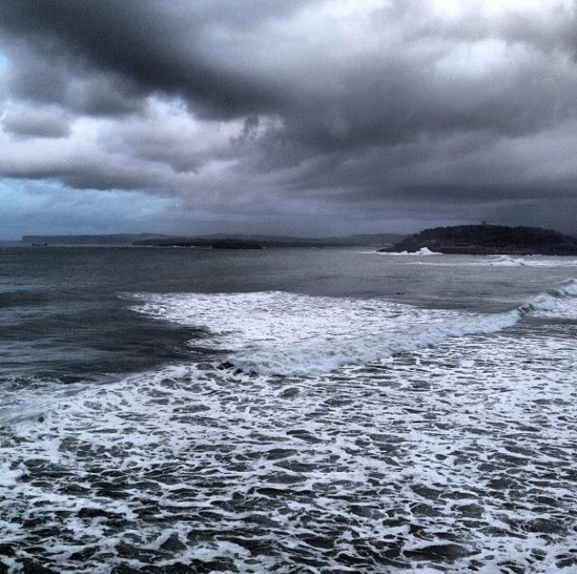 Vista del Cantábrico, la península de la Magdalena y los acantilados de Langre (Santander, Cantabria)