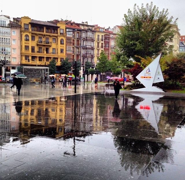 Lluvia en la plaza del Ayuntamiento de Santander (Cantabria)