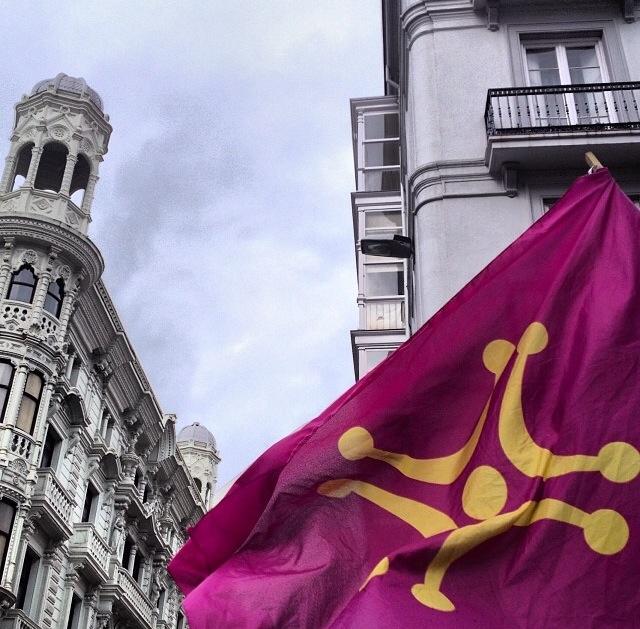 Lábaro cántabro junto al Banco de España (Santander, Cantabria)