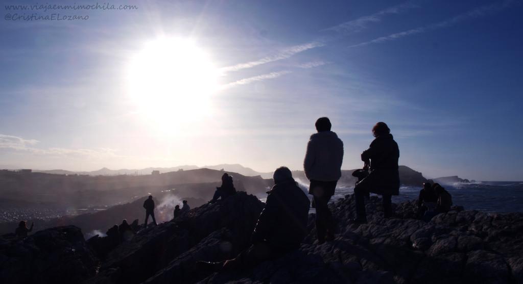 Gente observando el Tiemporal en la Virgen del Mar (Santander, Cantabria, España)