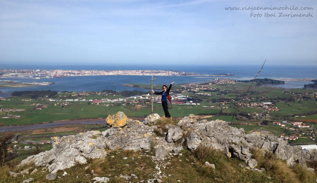 Vista desde el fin del itinerario 2 de Peña Cabarga con Bahía de Santander de fondo (Cantabria)