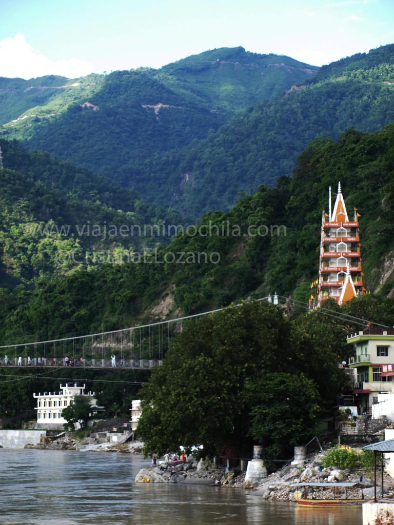 Rishikesh. Vista del Ganges, el Lakshman Jhula y el templo de Trayambakeshwar o Tera Nabzuk con el Himalaya de fondo (Dehradun, Uttarakhand)