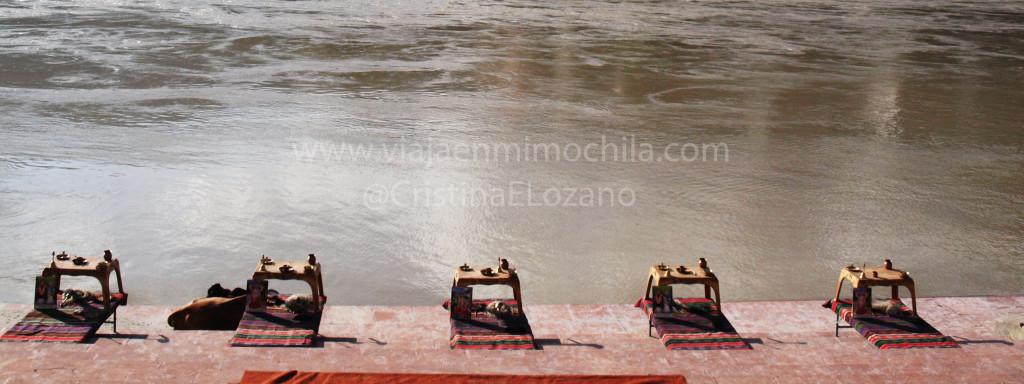 Mesas para la ofrenda en el ghat de Lakshman Jhula. Rishikesh (Dehradun, Uttarakhand)