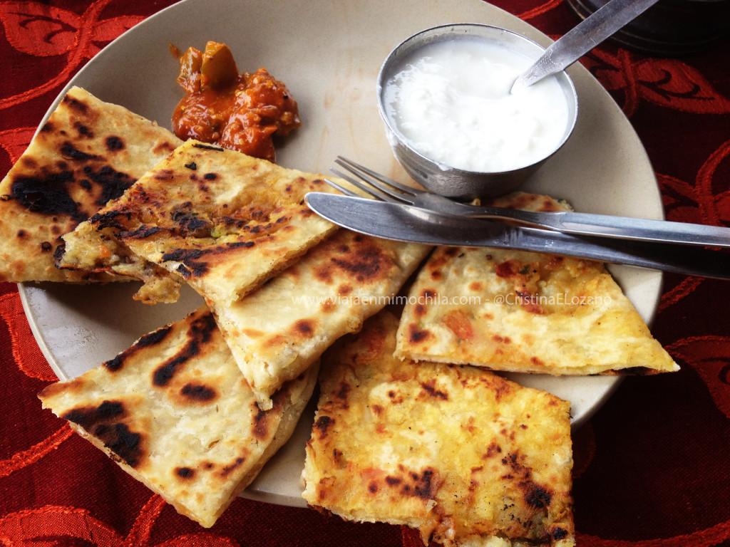 Desayuno indio: chapati, con 'yogurt' y aliño picante. Rishikesh (Dehradun, Uttarakhand)