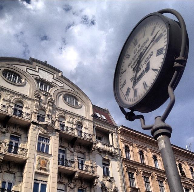 Reloj enorme de mitad de Budapest (Hungría)