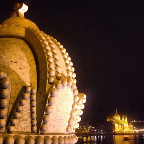 El Parlamento de Budapest visto desde el Puente de la Isla Margarita (Hungría)