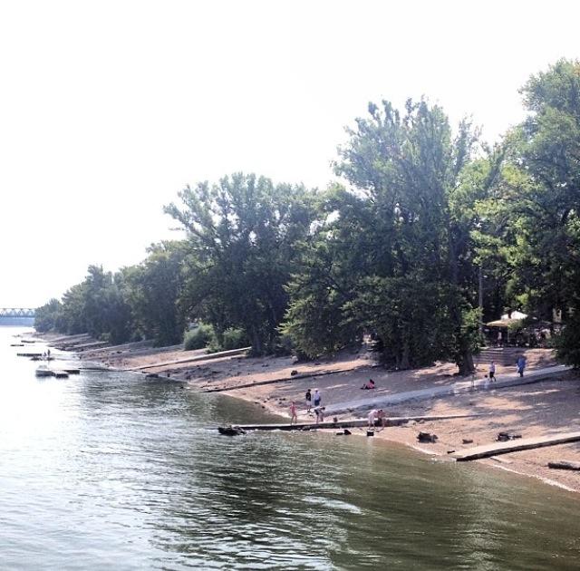 Playa a la orilla del Danubio (Budapest, Hungría)