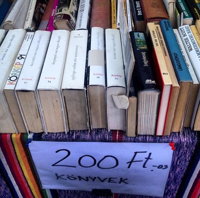 Libros en húngaro en un mercadillo de Budapest (Hungría)