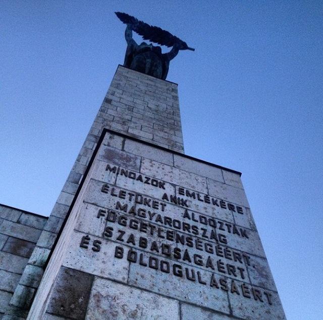 Estatua de la Libertad en el Monte Gellert (Budapest, Hungría)