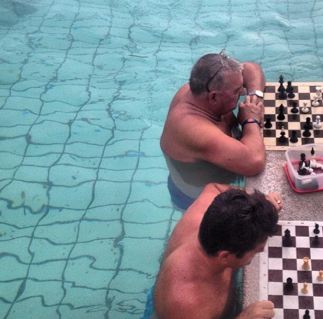 Partida de ajedrez en el Balneario Széchneyi (Budapest, Hungría)