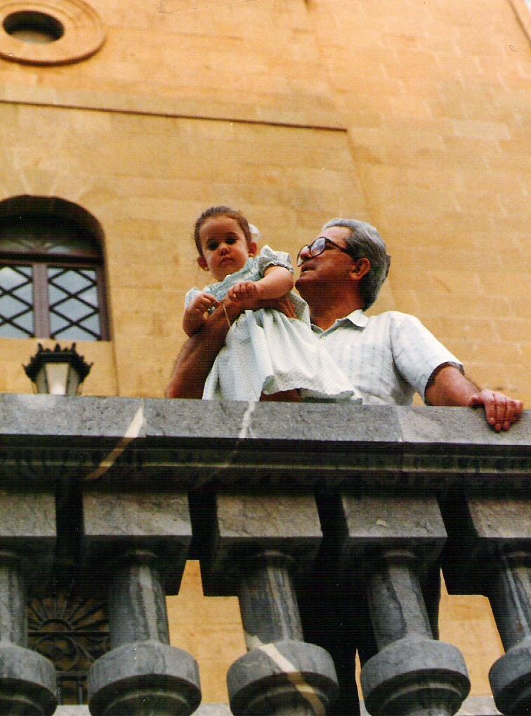 Cristina E. Lozano con su abuelo Bernardo a las puertas del Carmelo. BIlbao (Bizkaia. País Vasco)