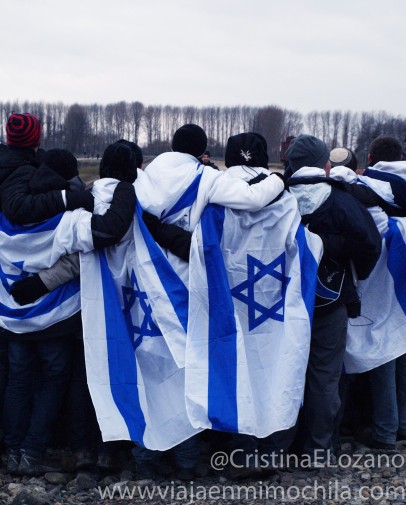 Judíos con banderas de Israel posando para una foto en Auchwitz-Birkenau (Polonia)