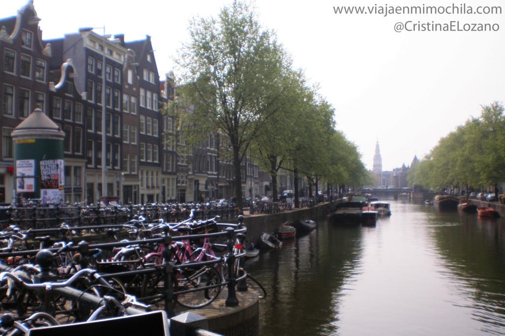 Bicicletas junto a un canal de Amsterdam (Holanda, Países Bajos)