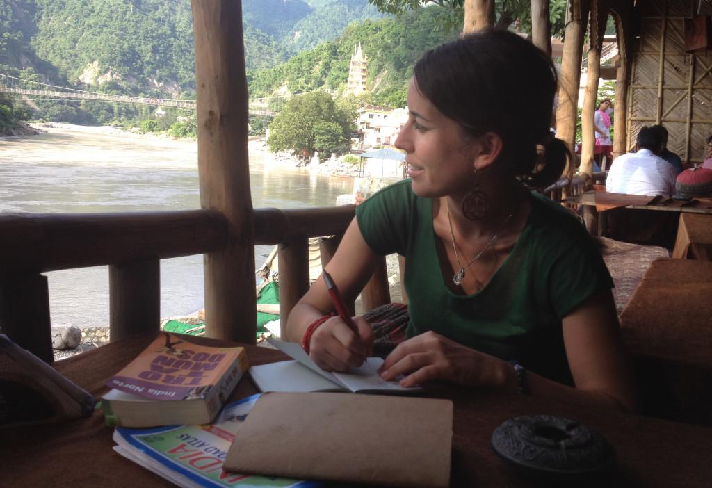 Cristina E. Lozano escribiendo en Rishikesh (India)