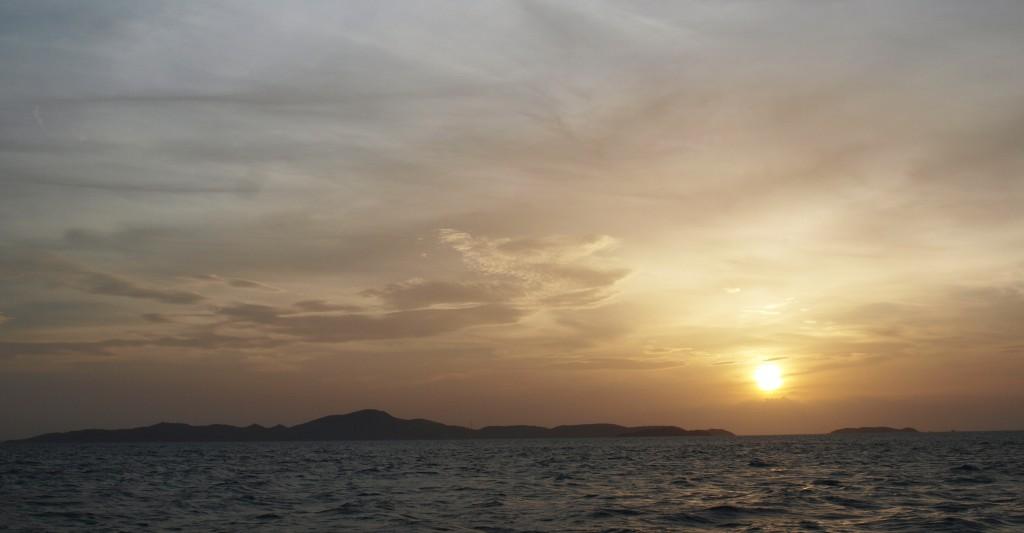 Atardecer sobre la isla de Lan. Pattaya (Tailandia)