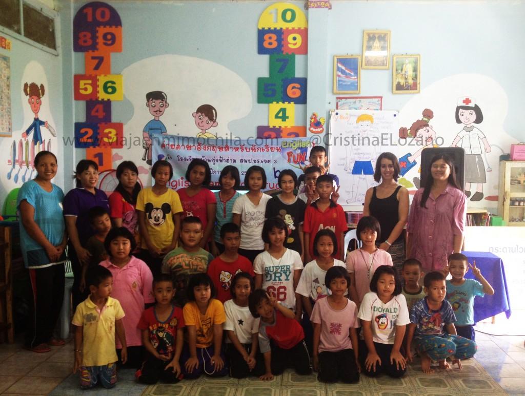 Alumnos, profesores y 'teacher Cristina' en el cole. Tailandia
