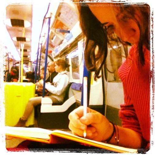 Cristina E. Lozano en el metro de Londres