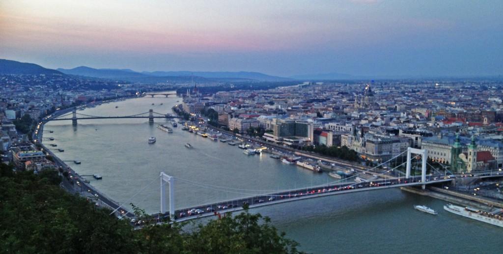Atardecer sobre el Danubio en Budapest (Hungría)