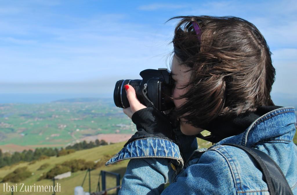 Cristina E. Lozano tomando una foto