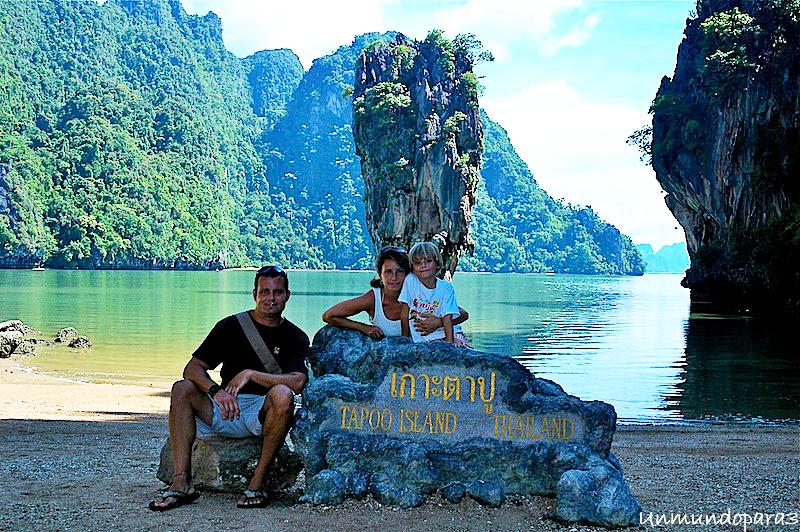 Álvaro con sus padres, Montse y Octavio, en una isla de Tailandia