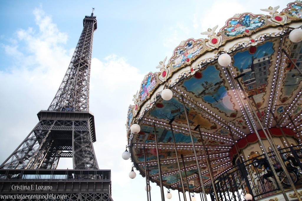 Torre Eiffel y tiovivo. París (Francia)
