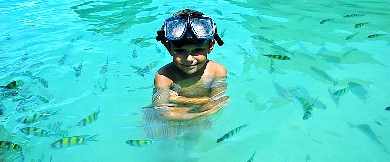 Álvaro haciendo esnórquel entre peces en Kraby. Tailandia