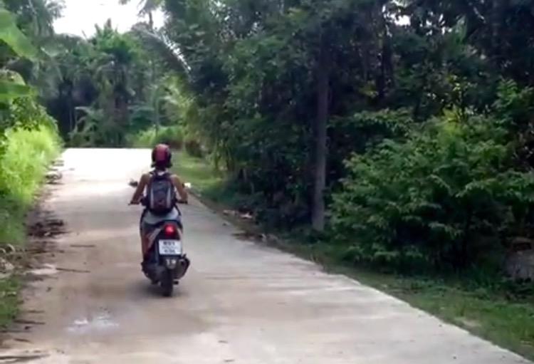 Cristina E. Lozano en moto por Koh Phangan