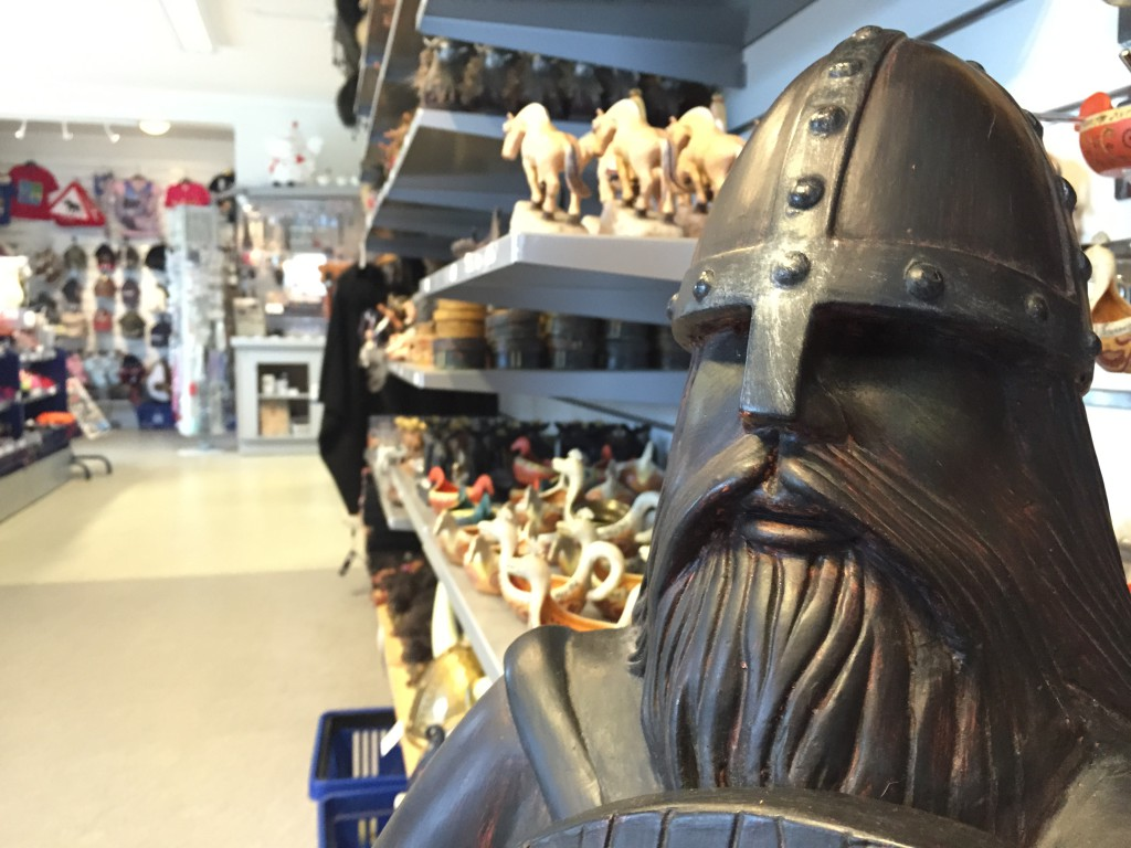 Vikingo en la Voss Train Station Souvenir Shop