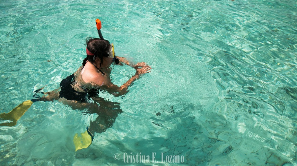 Hacer esnorquel en el Caribe de Belice.