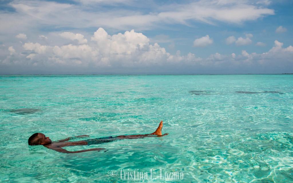 Bañarse en el Caribe de Belice.