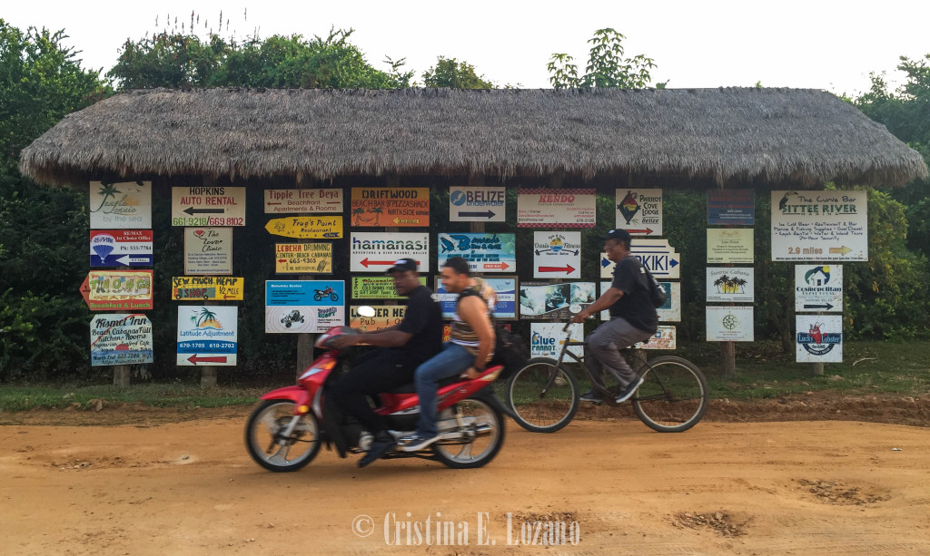Bicis y motos en una carretera de Hopkins, Belice.