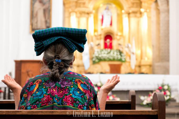 Indígena rezando en Guatemala (Centroamérica)