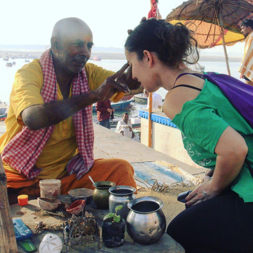 Bendición de un brahman junto al Ganges en Benarés - Varanasi (India)