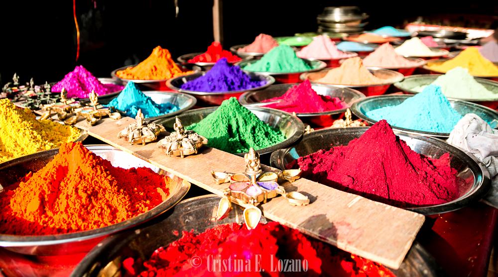 Polvos de colores. Mercado de Orccha (India)
